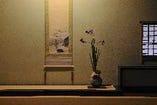 店内の生花は仙台を中心に活躍されているフラワデザイナー KAZUO KONNOさんが生けています。