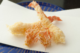 活巻海老の天ぷら *夜のコースでは水槽から出したばかりの活巻海老の天ぷらをお出ししております。海老の甘さを最大限に引き出した熟練の職人による揚げたてサクサクをお召し上がりください。