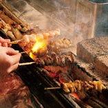 焼き鳥をはじめ、看板料理の手羽先唐揚など自慢の料理を堪能あれ