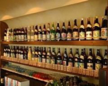 【泡波/波照間】をはじめ沖縄県内全48酒造元銘柄が揃う。