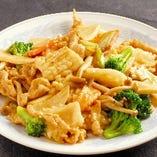 3:豚肉、イカと季節野菜の炒め