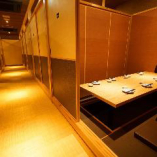 少人数個室は掘りごたつ。壁や扉のある完全個室になっています。