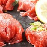 【逸品料理】 国産黒毛和牛を贅沢に使った肉寿司がおすすめ