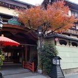 五条大橋近く、木屋町通りに建つ当館は総檜造りの3階建て