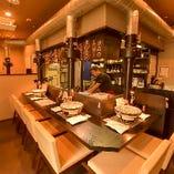 【1階カウンター席】1~2名様におすすめ。焼き方やおすすめの食べ方などを知りたい方はこの席を選びましょう。