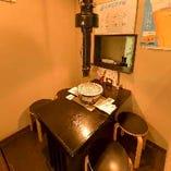 【1階テーブル席】半個室風に仕切られたお席。1階のテーブル席は4名様がけ1卓のみなので、少人数での利用におすすめ。