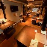 【2階テーブル席】フロア貸切なら最大30名様まで対応できるお席です。