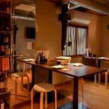 【2階テーブル席】2階にはドリンクカウンターも設置してあるので宴会におすすめ。