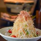 名物タワーサラダ!シャキシャキ大根がやみつきに!3~4人でシェアして食べよう。