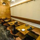 入りまして右側はテーブル席!個室ではないですが、大人数でのご宴会に最適です!