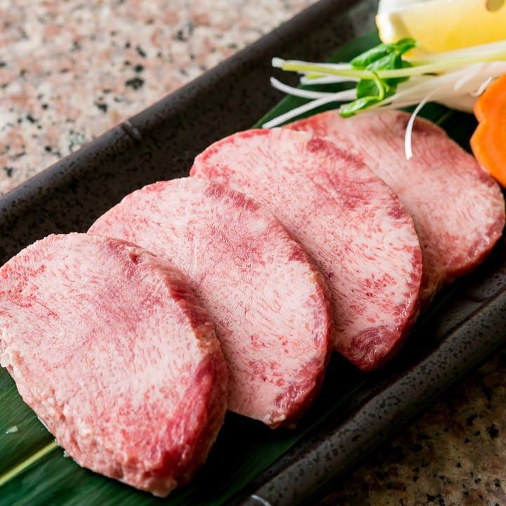 根本のお肉にあたる特上タン塩は柔らかいので厚切りでご提供