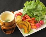 オープン当初から人気の一品 彩り野菜のバーニャカウダ ¥680