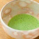 締めに供される薄茶を器の感触とともに楽しむのも醍醐味の一つ。