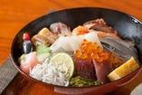 ランチに大人気! さと味の海鮮丼♪旬の地魚をたっぷり丼に◎