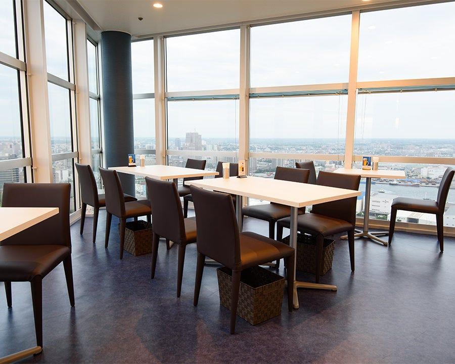 眺めの良い特等席でお食事をお楽しみ頂けます