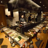 五感に突き刺さる臨場感を味わえるオープンキッチンも魅力の一つ