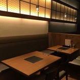 店内奥テーブル席は広々と・・・♪ シックな黒を基調とした空間