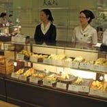 B1階の食料品フロアには お持ち帰り用の売店もございます。