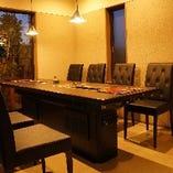 【半個室】モダンで落ち着いた大人の雰囲気のテーブル席