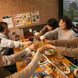 カジュアルな和の空間は、大人の時間を過ごすのにピッタリです。職人の技が光るこだわりの料理と厳選したお酒で、大切なお仲間と楽しい時間をお過ごしください。