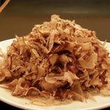 「ぽん酢」に築地伏高さんの朝削りの鰹節を使用しております。