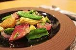 日本の食材をふんだんに使った、和の風情を感じさせる中華料理。