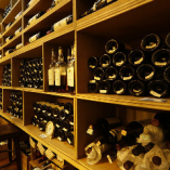【1,300本以上を常備】 フランスへ出向き厳選したワインの数々