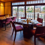 鴨川を臨みながらお食事を 4名テーブル席
