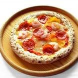 小エビ、パプリカ、ペパロニのアメリカンピザ