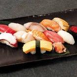 当店自慢の握り寿司12種。職人が握る鮮やかな握り寿司をご用意