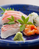 当店の魚介料理は、当日市場から仕入れておりますため、とても新鮮です。日本酒との相性もぴったりで大人気です