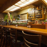 広々した店内には、沖縄の置物などの装飾品でも楽しむことができます。また、カウンター席でもゆったりとしたスペースが確保しておりますのでお一人様の方もご利用ください。