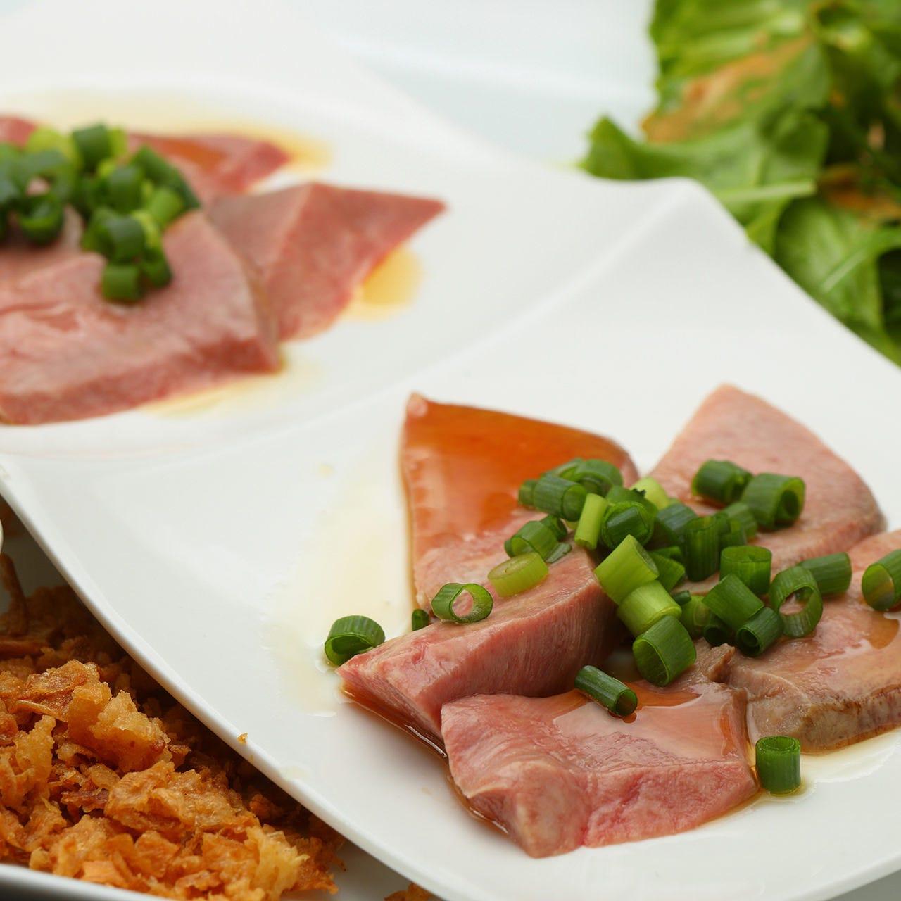 タン先とタン元の異なる食感が楽しめる「牛タンの2種炙り」