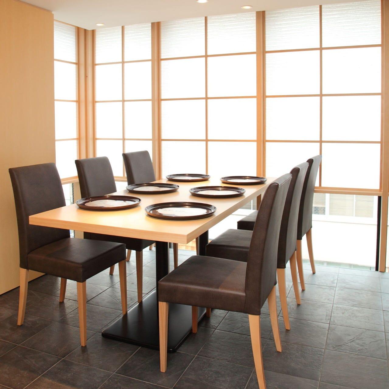 接待や会食に、テーブル席をご用意