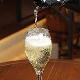 ソムリエの選ぶこだわりワインは常時10種類ご用意しております。