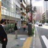 エクセルの隣がバス停留所