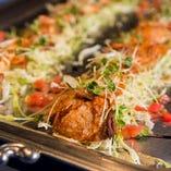 シェフ自ら市場に足を運び仕入れた旬の鮮魚や、香ばしくジューシーなお肉料理をご堪能ください
