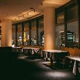 【メインフロア】フロア内にあるテーブルはパーティ内容によって、レイアウトを変更させていただきます
