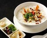 薬膳おかゆ。お米の甘さがたっぷり溶け込んだ温もりのお粥