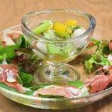 イタリア産プロシュートハム 旬の野菜とモッツアレラのカプレーゼ
