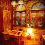 外国を思わせるお洒落な店内♪テーブル席、カウンター席あり。