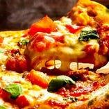 『窯焼きピザ』素材にこだわりカリっと焼き上げた生地が自慢。
