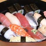 〆には本格握り寿司をどうぞ♪一貫100円~リーズナブルです★