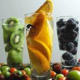 栄養を考えた新鮮フルーツどっさり!生搾り酎ハイはイチオシのドリンクです