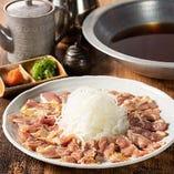 宴会コースで味わえる「鶏しゃぶ鍋」は、炙り鶏もも肉と淡路産玉ねぎの旨みがたまらない美味しさ
