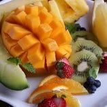 季節のフルーツをいろいろと盛り合わせます