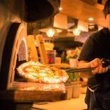 500度以上にもなる窯で一気に焼き上げる当店名物ピザは必食!