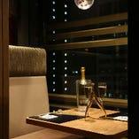 【夜景が眺められるペアシート】2名様用のテーブルのお席です