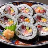 漁場名物の太巻きは7種もの魚介類が入った贅沢な巻です!