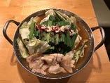国産もつベジ鍋 1,280円                         野菜がたくさん摂れる♪ 常時10種類以上の旬のたっぷり有機野菜と国産もつの旨味がたまらない、当店看板料理のお鍋です。 こってり派のあなたに!